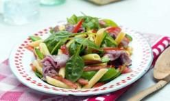 Nudel-Salat mit Zuckererbsen und irischem Roastbeef
