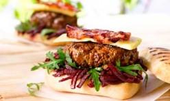 Irish Beef Burger mit Speck, Käse und Roter Beete Jus