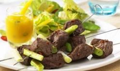 Irische Beefsteak-Spieße mit Mango-Dip